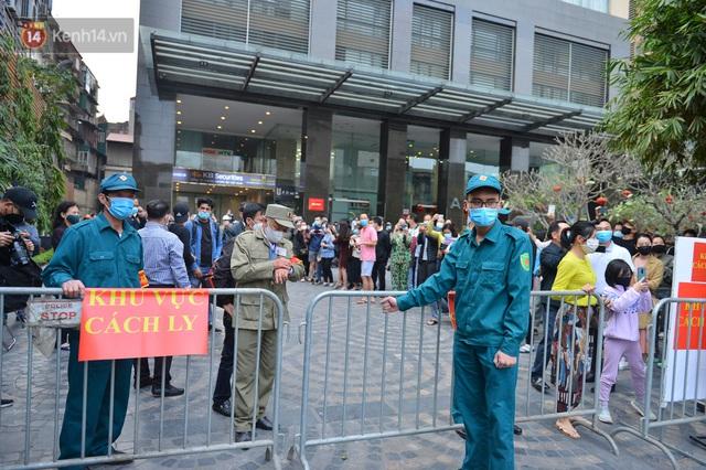 Hàng trăm cư dân ở chung cư 88 Láng Hạ vỡ oà khi được gỡ lệnh phong toả: Năm nay có Tết rồi - Ảnh 7.