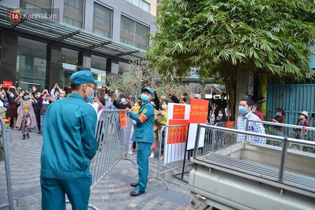 Hàng trăm cư dân ở chung cư 88 Láng Hạ vỡ oà khi được gỡ lệnh phong toả: Năm nay có Tết rồi - Ảnh 8.