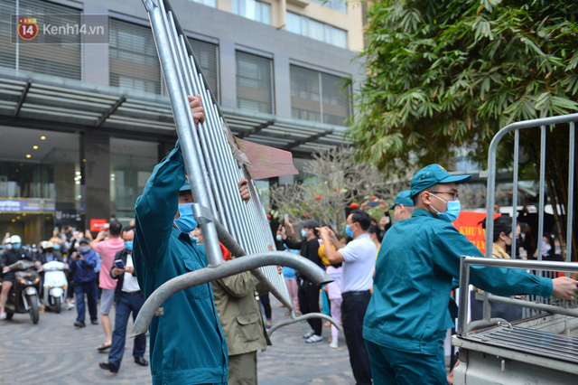 Hàng trăm cư dân ở chung cư 88 Láng Hạ vỡ oà khi được gỡ lệnh phong toả: Năm nay có Tết rồi - Ảnh 9.
