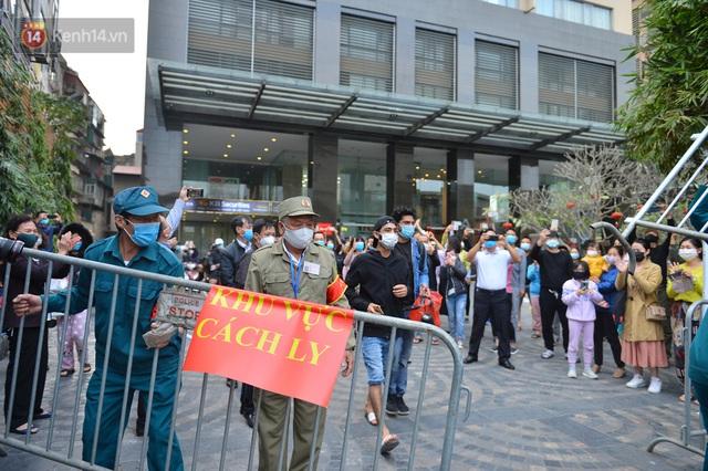 Hàng trăm cư dân ở chung cư 88 Láng Hạ vỡ oà khi được gỡ lệnh phong toả: Năm nay có Tết rồi - Ảnh 10.