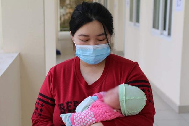 Hành trình ăn Tết ở cữ của người mẹ bé gái 21 ngày tuổi dương tính SARS-CoV-2 và nụ cười của những đứa trẻ trong bệnh viện dã chiến ở Hải Dương - Ảnh 1.