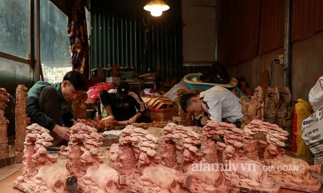 Nghề làm trâu gỗ giá bạc triệu đắt khách, nghệ nhân làng ở Hà Nội tất bật những ngày cận Tết - Ảnh 1.