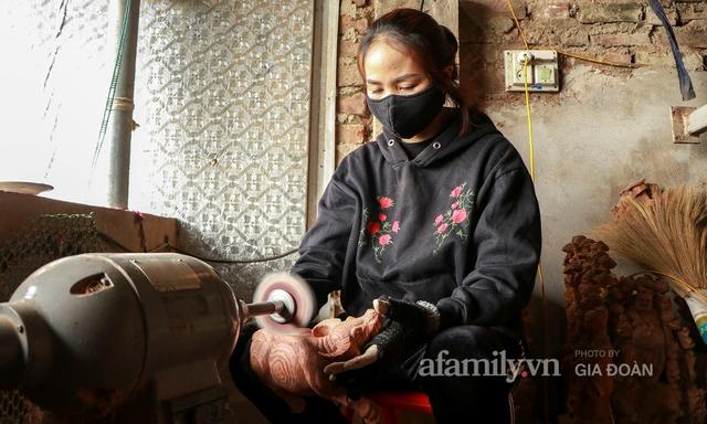 Nghề làm trâu gỗ giá bạc triệu đắt khách, nghệ nhân làng ở Hà Nội tất bật những ngày cận Tết - Ảnh 2.