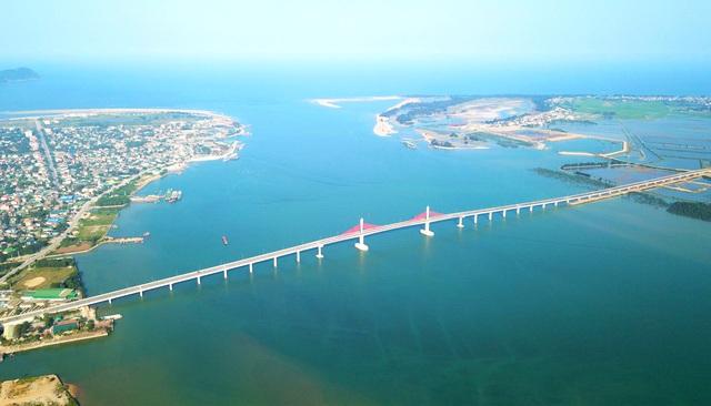 Cận cảnh cây cầu gần 1000 tỷ đồng đẹp nhất Nghệ An - Hà Tĩnh cho phép một số loại xe lưu thông dịp Tết - Ảnh 1.