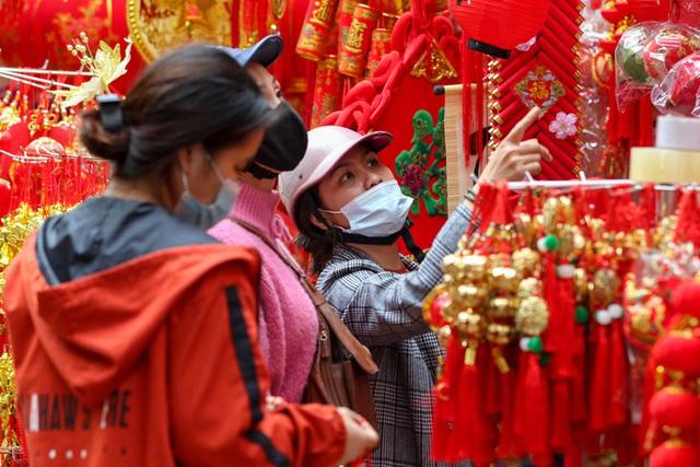 CLIP: Phố hàng Mã rực rỡ sắc đỏ hút khách ngày cận Tết Nguyên đán Tân Sửu 2021  - Ảnh 3.