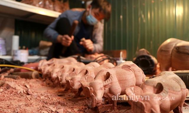 Nghề làm trâu gỗ giá bạc triệu đắt khách, nghệ nhân làng ở Hà Nội tất bật những ngày cận Tết - Ảnh 11.