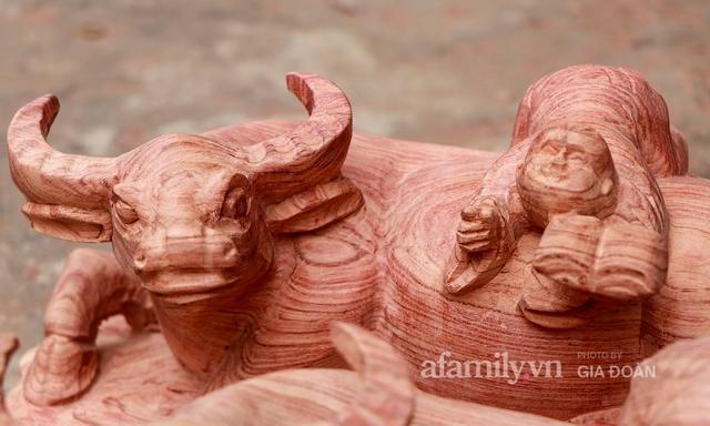 Nghề làm trâu gỗ giá bạc triệu đắt khách, nghệ nhân làng ở Hà Nội tất bật những ngày cận Tết - Ảnh 12.