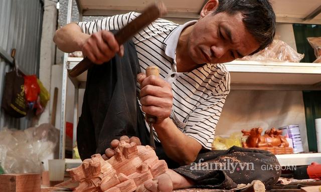 Nghề làm trâu gỗ giá bạc triệu đắt khách, nghệ nhân làng ở Hà Nội tất bật những ngày cận Tết - Ảnh 14.