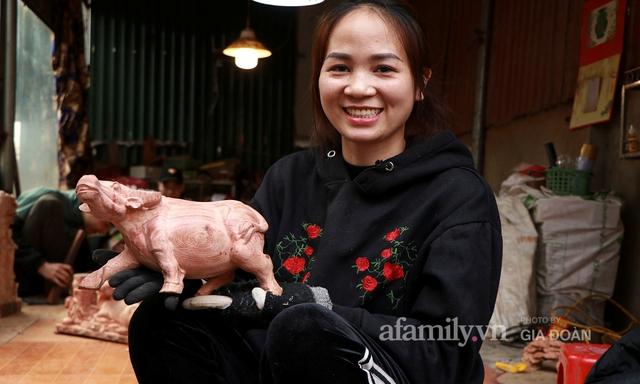 Nghề làm trâu gỗ giá bạc triệu đắt khách, nghệ nhân làng ở Hà Nội tất bật những ngày cận Tết - Ảnh 3.
