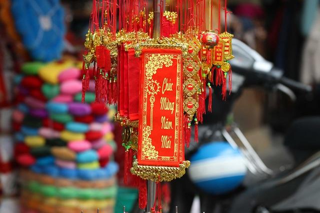 CLIP: Phố hàng Mã rực rỡ sắc đỏ hút khách ngày cận Tết Nguyên đán Tân Sửu 2021  - Ảnh 4.