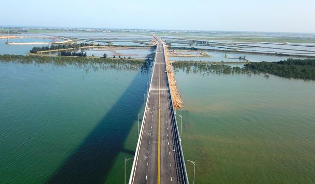 Cận cảnh cây cầu gần 1000 tỷ đồng đẹp nhất Nghệ An - Hà Tĩnh cho phép một số loại xe lưu thông dịp Tết - Ảnh 3.