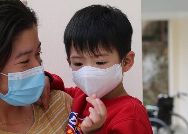 Hành trình ăn Tết ở cữ của người mẹ bé gái 21 ngày tuổi dương tính SARS-CoV-2 và nụ cười của những đứa trẻ trong bệnh viện dã chiến ở Hải Dương - Ảnh 4.
