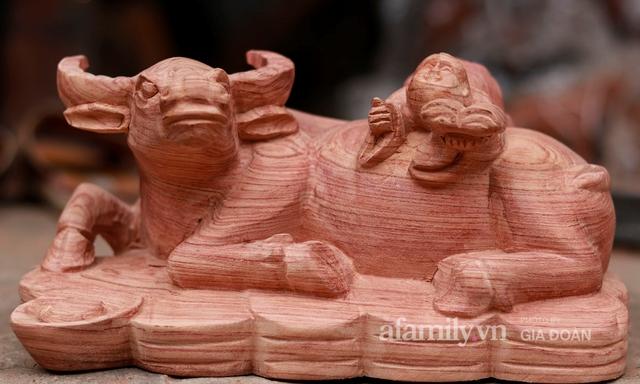Nghề làm trâu gỗ giá bạc triệu đắt khách, nghệ nhân làng ở Hà Nội tất bật những ngày cận Tết - Ảnh 4.