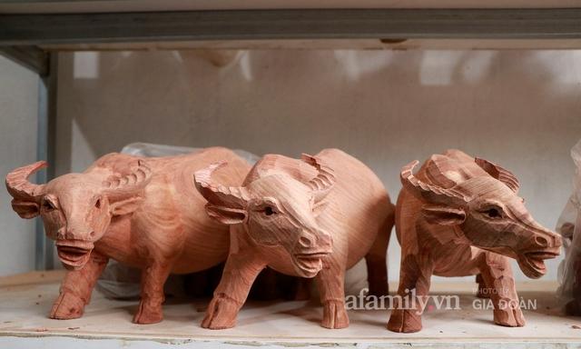 Nghề làm trâu gỗ giá bạc triệu đắt khách, nghệ nhân làng ở Hà Nội tất bật những ngày cận Tết - Ảnh 6.