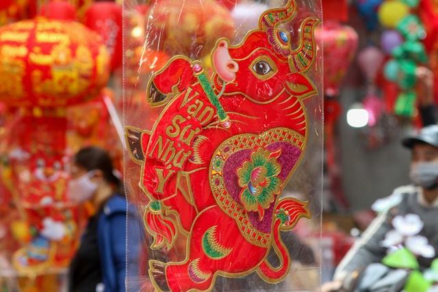 CLIP: Phố hàng Mã rực rỡ sắc đỏ hút khách ngày cận Tết Nguyên đán Tân Sửu 2021  - Ảnh 7.