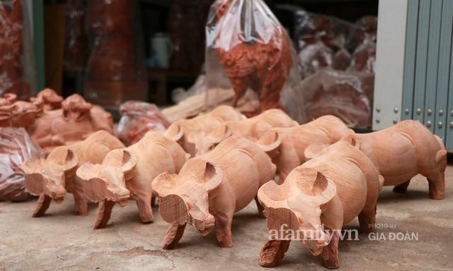 Nghề làm trâu gỗ giá bạc triệu đắt khách, nghệ nhân làng ở Hà Nội tất bật những ngày cận Tết - Ảnh 7.