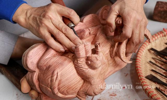 Nghề làm trâu gỗ giá bạc triệu đắt khách, nghệ nhân làng ở Hà Nội tất bật những ngày cận Tết - Ảnh 8.