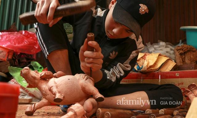 Nghề làm trâu gỗ giá bạc triệu đắt khách, nghệ nhân làng ở Hà Nội tất bật những ngày cận Tết - Ảnh 9.