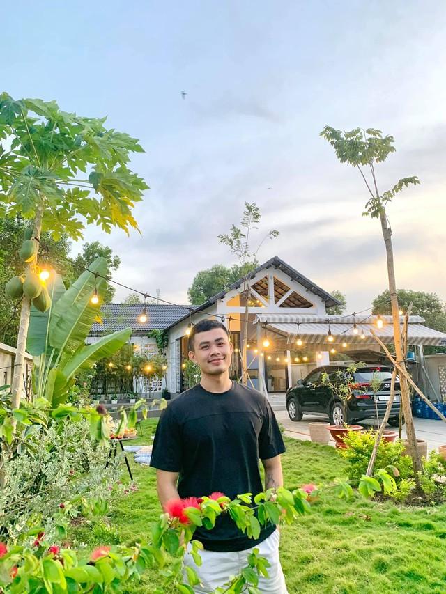 Chàng trai 25 tuổi bỏ phố thị về quê xây nhà, nuôi gà và trồng rau, thành quả sau 1 năm ai nhìn cũng khen: Thu nhập ít đi nhưng hạnh phúc và an yên hơn - Ảnh 1.