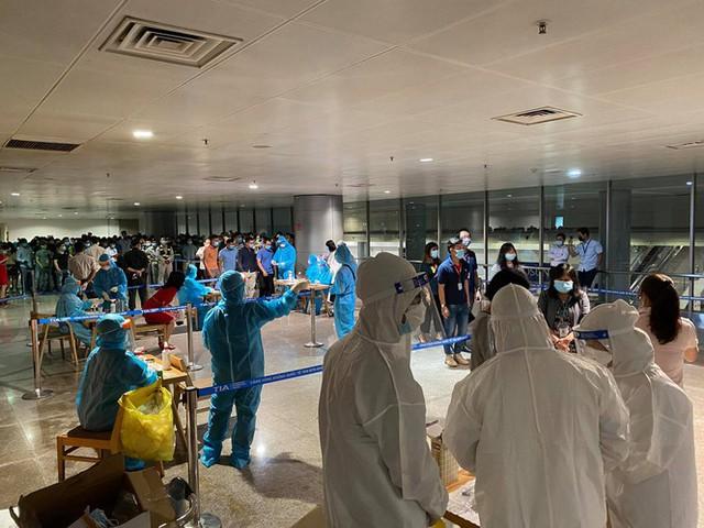 Xuyên đêm lấy mẫu xét nghiệm COVID-19 cho 1.000 nhân viên sân bay Tân Sơn Nhất - Ảnh 1.