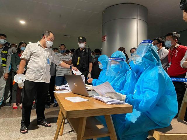 Xuyên đêm lấy mẫu xét nghiệm COVID-19 cho 1.000 nhân viên sân bay Tân Sơn Nhất - Ảnh 2.