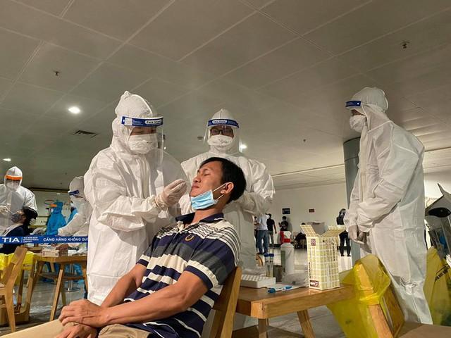 Xuyên đêm lấy mẫu xét nghiệm COVID-19 cho 1.000 nhân viên sân bay Tân Sơn Nhất - Ảnh 3.