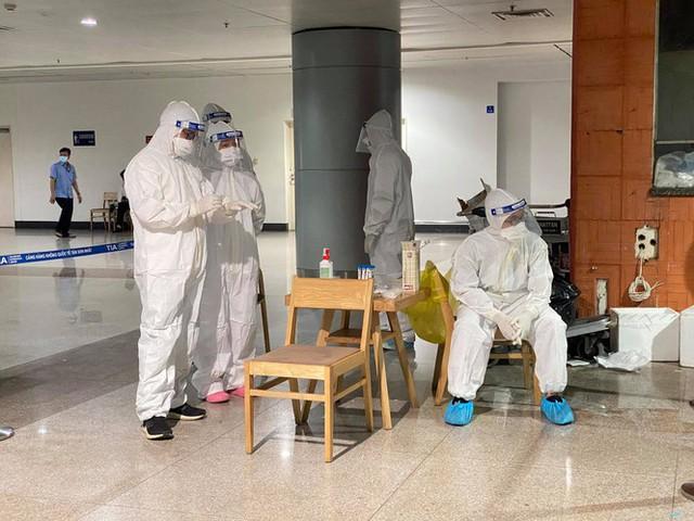 Xuyên đêm lấy mẫu xét nghiệm COVID-19 cho 1.000 nhân viên sân bay Tân Sơn Nhất - Ảnh 4.