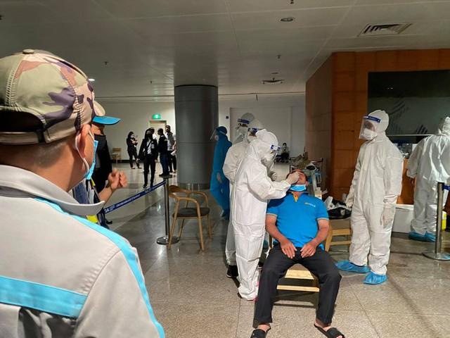 Xuyên đêm lấy mẫu xét nghiệm COVID-19 cho 1.000 nhân viên sân bay Tân Sơn Nhất - Ảnh 5.