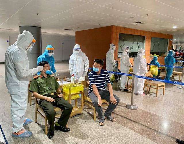 Xuyên đêm lấy mẫu xét nghiệm COVID-19 cho 1.000 nhân viên sân bay Tân Sơn Nhất - Ảnh 6.