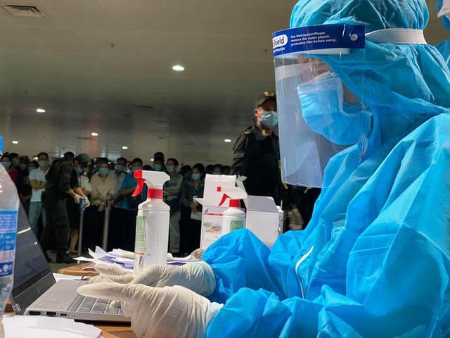 Xuyên đêm lấy mẫu xét nghiệm COVID-19 cho 1.000 nhân viên sân bay Tân Sơn Nhất - Ảnh 7.