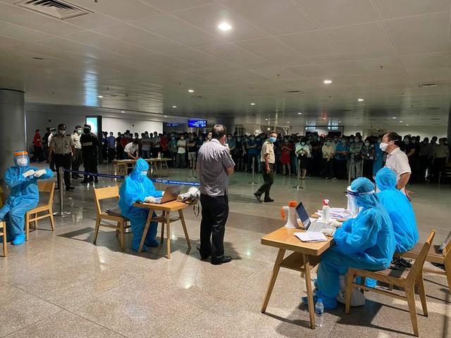 Xuyên đêm lấy mẫu xét nghiệm COVID-19 cho 1.000 nhân viên sân bay Tân Sơn Nhất - Ảnh 8.