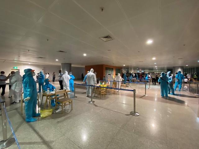 Xuyên đêm lấy mẫu xét nghiệm COVID-19 cho 1.000 nhân viên sân bay Tân Sơn Nhất - Ảnh 9.