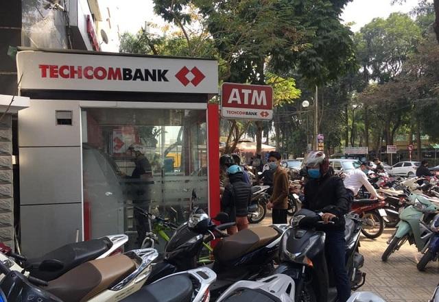 Cây ATM vắng khác thường ngày giáp Tết - Ảnh 9.