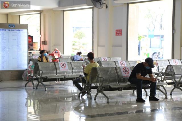 Chủ nhật cuối cùng của năm Canh Tý 2020: Đường phố Hà Nội thông thoáng, bến xe vắng vẻ - Ảnh 6.