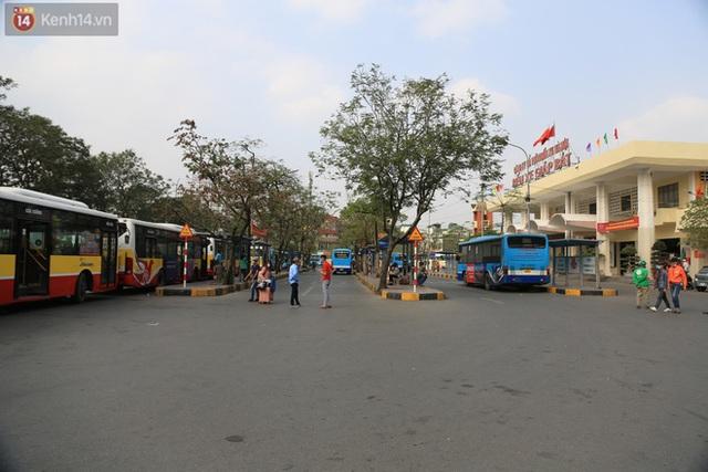 Chủ nhật cuối cùng của năm Canh Tý 2020: Đường phố Hà Nội thông thoáng, bến xe vắng vẻ - Ảnh 8.