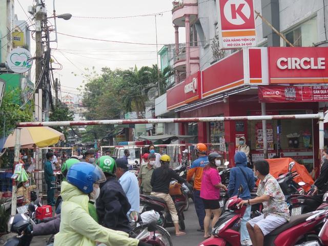 TP HCM: Cận cảnh phong tỏa khu Mả Lạng do liên quan ca Covid-19 ở Tân Sơn Nhất  - Ảnh 2.