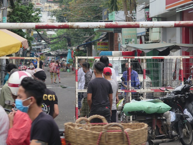 TP HCM: Cận cảnh phong tỏa khu Mả Lạng do liên quan ca Covid-19 ở Tân Sơn Nhất  - Ảnh 3.