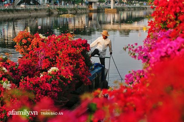 Thuyền hoa của người miền Tây chở Tết cho người Sài Gòn đã cập Bến Bình Đông, lượng khách đổ về ngày một đông dịp giáp Tết  - Ảnh 11.