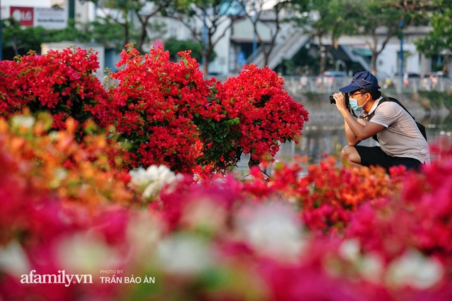Thuyền hoa của người miền Tây chở Tết cho người Sài Gòn đã cập Bến Bình Đông, lượng khách đổ về ngày một đông dịp giáp Tết  - Ảnh 14.
