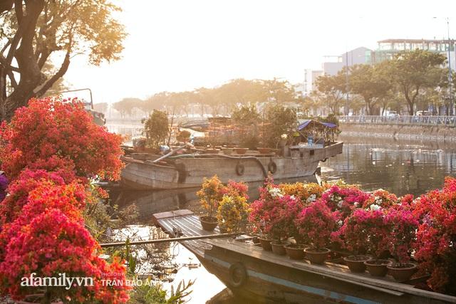 Thuyền hoa của người miền Tây chở Tết cho người Sài Gòn đã cập Bến Bình Đông, lượng khách đổ về ngày một đông dịp giáp Tết  - Ảnh 15.