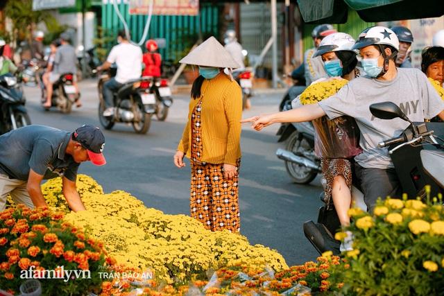 Thuyền hoa của người miền Tây chở Tết cho người Sài Gòn đã cập Bến Bình Đông, lượng khách đổ về ngày một đông dịp giáp Tết  - Ảnh 16.