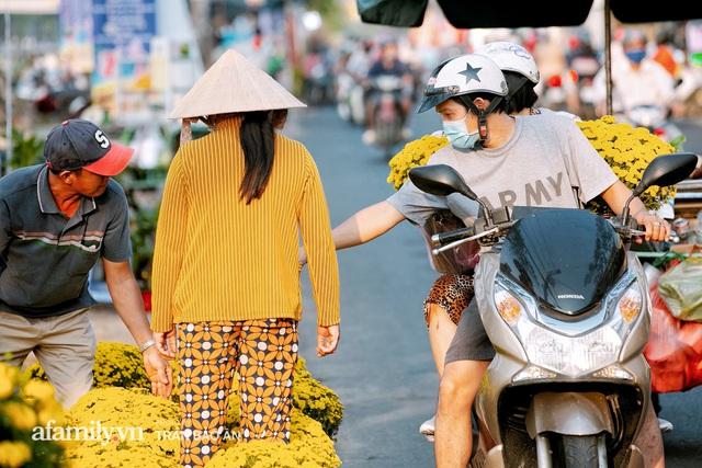 Thuyền hoa của người miền Tây chở Tết cho người Sài Gòn đã cập Bến Bình Đông, lượng khách đổ về ngày một đông dịp giáp Tết  - Ảnh 17.