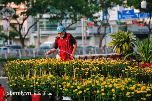 Thuyền hoa của người miền Tây chở Tết cho người Sài Gòn đã cập Bến Bình Đông, lượng khách đổ về ngày một đông dịp giáp Tết  - Ảnh 18.
