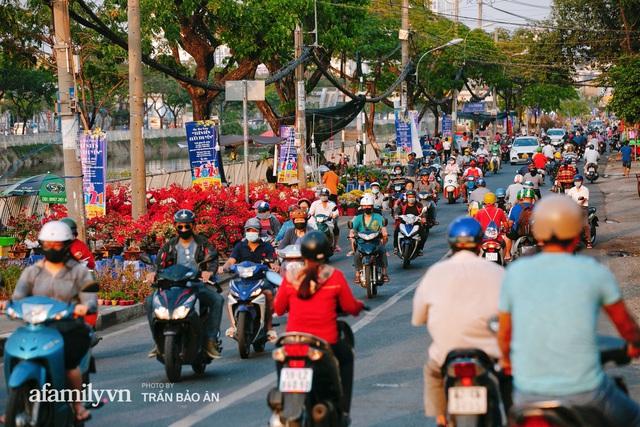 Thuyền hoa của người miền Tây chở Tết cho người Sài Gòn đã cập Bến Bình Đông, lượng khách đổ về ngày một đông dịp giáp Tết  - Ảnh 19.