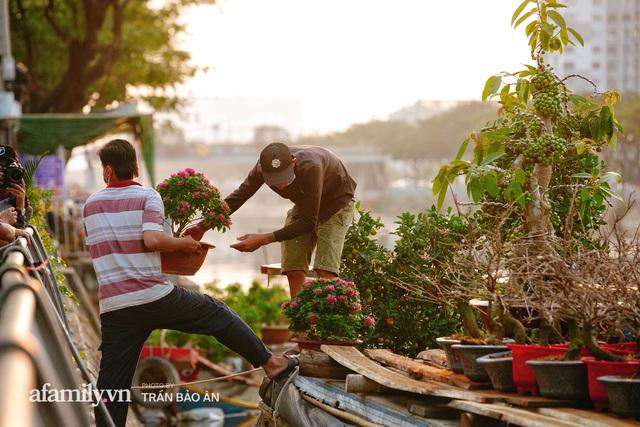 Thuyền hoa của người miền Tây chở Tết cho người Sài Gòn đã cập Bến Bình Đông, lượng khách đổ về ngày một đông dịp giáp Tết  - Ảnh 20.