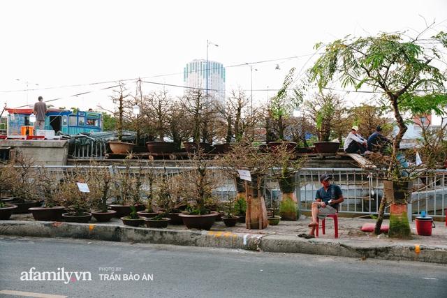 Thuyền hoa của người miền Tây chở Tết cho người Sài Gòn đã cập Bến Bình Đông, lượng khách đổ về ngày một đông dịp giáp Tết  - Ảnh 3.