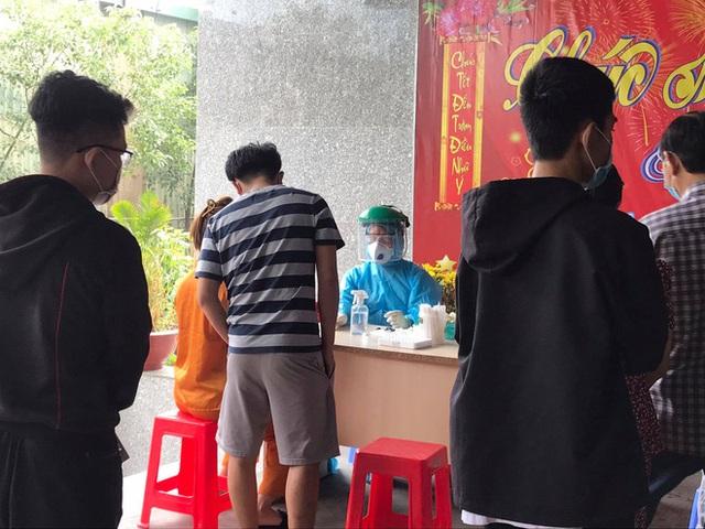 Phong toả chung cư hơn 300 hộ dân ở quận Gò Vấp, hàng quán xung quanh buộc tạm ngưng nhận khách - Ảnh 3.
