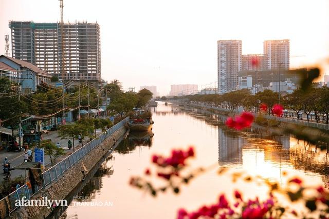 Thuyền hoa của người miền Tây chở Tết cho người Sài Gòn đã cập Bến Bình Đông, lượng khách đổ về ngày một đông dịp giáp Tết  - Ảnh 21.