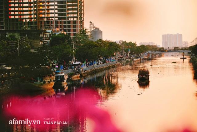 Thuyền hoa của người miền Tây chở Tết cho người Sài Gòn đã cập Bến Bình Đông, lượng khách đổ về ngày một đông dịp giáp Tết  - Ảnh 22.