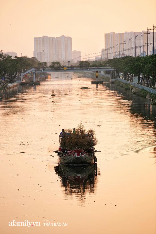 Thuyền hoa của người miền Tây chở Tết cho người Sài Gòn đã cập Bến Bình Đông, lượng khách đổ về ngày một đông dịp giáp Tết  - Ảnh 23.